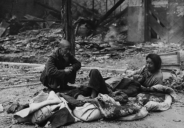 Các thành viên của một gia đình ở miền Nam Triều Tiên nằm giữa mớ hỗn độn trên đường phố đổ nát sau các trận đánh tại Seoul, tháng 9/1950. Ảnh: AP / Max Desfor