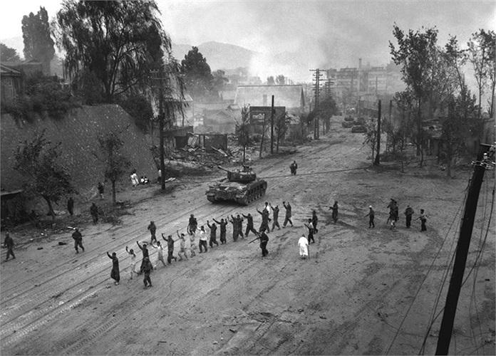 Một xe tăng Mỹ đi sau một đoàn tù binh chiến tranh trên một con đường làng ngày 26/9/1950. Ảnh: Bộ Quốc phòng Mỹ