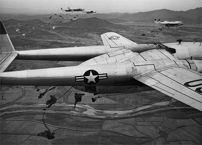 Lính dù nhảy xuống từ chiếc máy bay vận tải C-119 của Không quân Mỹ trong chiến dịch được tiến hành tại một địa điểm bí mật ở Hàn Quốc, tháng 10/1950. Ảnh: AP / Max Desfor