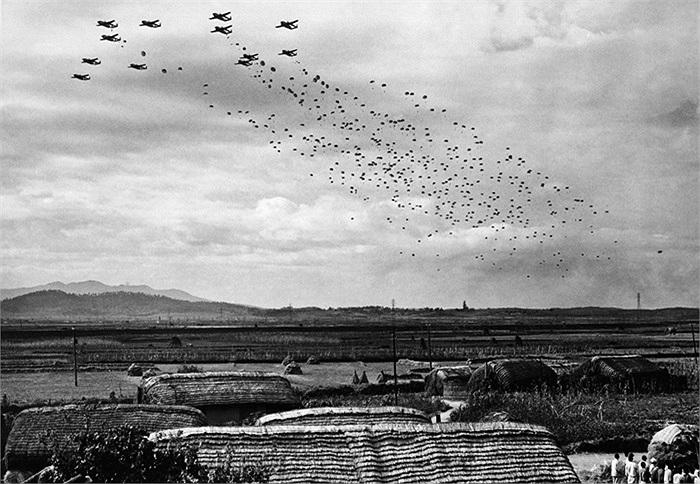 Lính dù của các lực lượng Liên Hiệp Quốc nhảy từ máy bay gần các thị trấn Sukchon và Sunchon của miền Bắc Triều Tiên ngày 20/10/1950. Ảnh: AP / Max Desfor