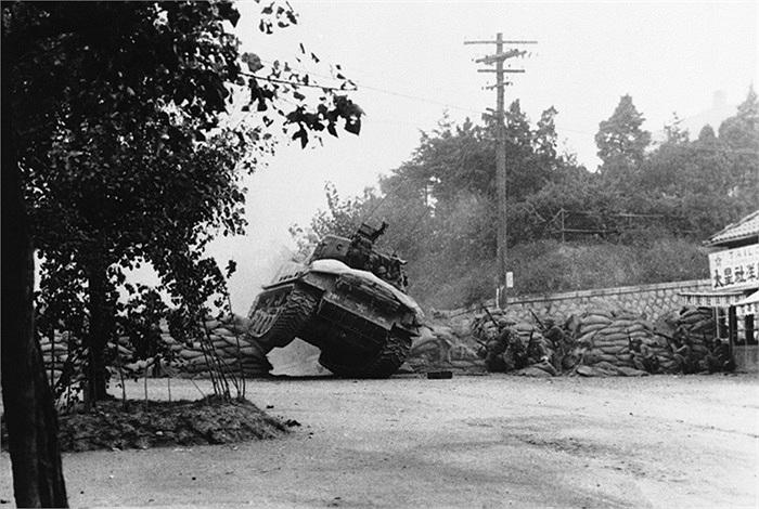 Một xe tăng Mỹ vượt qua rào cản do đối phương dựng lên gần Seoul, Hàn Quốc, ngày 7/10/1950, khi Sư đoàn bộ binh số 7 chuẩn bị càn quét khu vực và tiêu diệt các tay súng bắn tỉa. Ảnh: AP