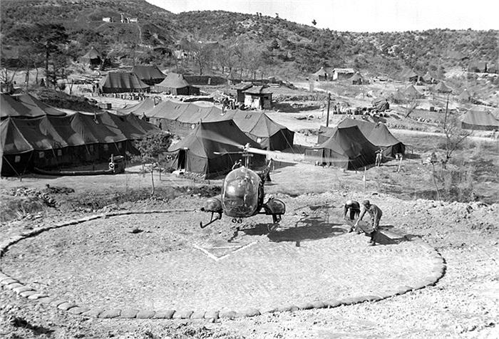 Trực thăng thuộc Phi đội trinh sát số 6 của Mỹ đưa binh sĩ bị thương về cơ sở y tế của Sư đoàn thủy quân lục chiến số 1, năm 1950. Ảnh: Bộ Quốc phòng Mỹ