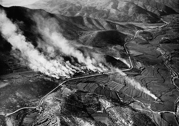 Khói bốc lên từ đống đổ nát của ngôi làng Agok khu vực phía Bắc của Hàn Quốc tháng 8/1950. Ảnh: AP / Max Desfor