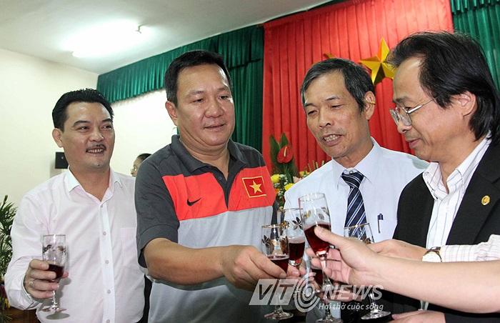 Theo tiết lộ của Chủ tịch Nguyễn Trọng Hỷ, mức lương VFF trả HLV Hoàng Văn Phúc là 60 triệu đồng/tháng, thấp nhất so với các đời HLV trưởng ĐT Việt Nam trước kia, thậm chí thấp hơn nhiều đồng nghiệp của ông Phúc tại V.League.