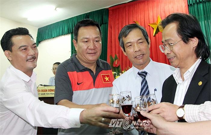 Ông Phúc đã chính thức làm 'thuyền trưởng' trong một buổi lễ nhậm chức vẫn có rượu, có hoa, có tiếng vỗ tay... nhưng rất nhạt!