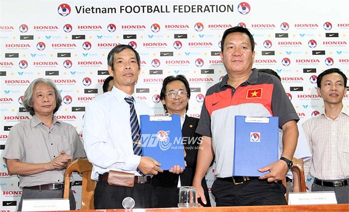 Ông Tổng thư ký Ngô Lê Bằng cả buổi lễ không có lấy một nụ cười. Mặt đăm đăm căng thẳng hơn cả lúc ông cùng ĐT Việt Nam thua trận ở AFF Cup.