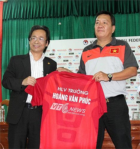 Theo hợp đồng, HLV Hoàng Văn Phúc sẽ dẫn dắt Đội tuyển Việt Nam và U23 Quốc gia hai năm, nhưng có thể bị sa thải trước thời hạn.