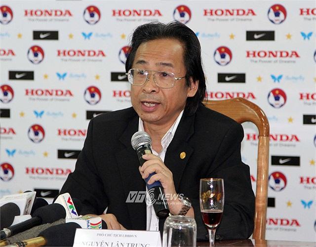Còn Phó Chủ tịch Nguyễn Lân Trung cho biết: 'HLV Hoàng Văn Phúc là một trong những HLV giỏi của bóng đá Việt Nam, có thành tích đối với các đội tuyển trẻ và cả CLB. Anh Phúc là lựa chọn thích hợp nhất ở thời điểm hiện tại'.