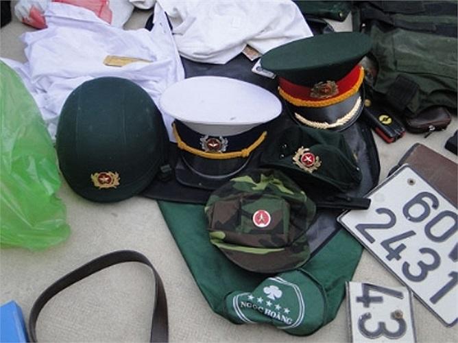 Vũ khí quân trang thu giữ trên xe và tại nhà của Phụng. (Ảnh: TPO)