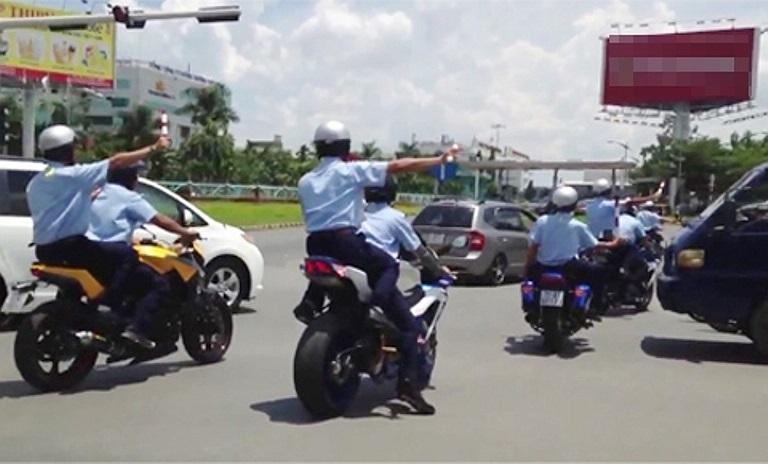 Nhóm vệ sĩ hộ tống chặn cả xe tải để cho đoàn ôtô đi qua, gây náo loạn con đường