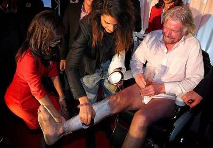 Cách đây 2 năm, tỷ phú Branson cược với Giám đốc điều hành AirAsia Tony Fernandes trong cuộc đua công thức 1, nếu đội của ông thua thì sẽ ăn mặc giống nữ tiếp viên hàng không trên hãng máy bay của Air Asia