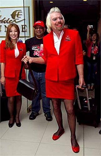 Ông Branson mặc trên mình bộ trang phục đỏ của nữ tiếp viên hàng không hãng AirAsia