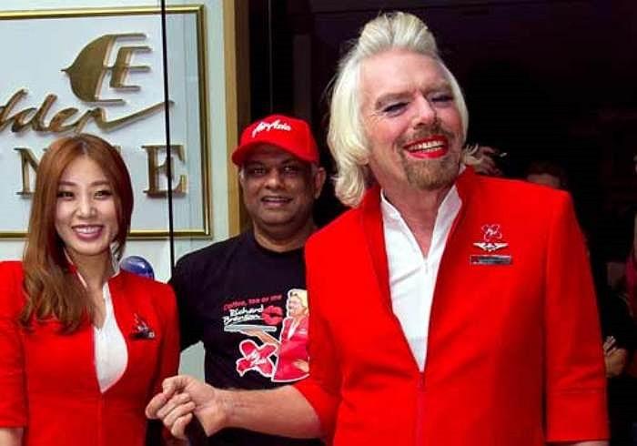 'Là một tiếp viên của AirAsia. Ông Branson tuân thủ việc mặc trang phục của nữ nhân viên, cạo lông chân, đi giày cao gót, trang điểm', ông Fernandes cho biết.