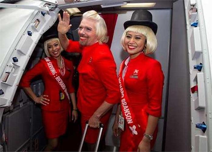 'Nữ' tiếp viên hàng không Branson cùng các đồng nghiệp đang nở nụ cười vui vẻ trước khi bắt đầu chuyến bay