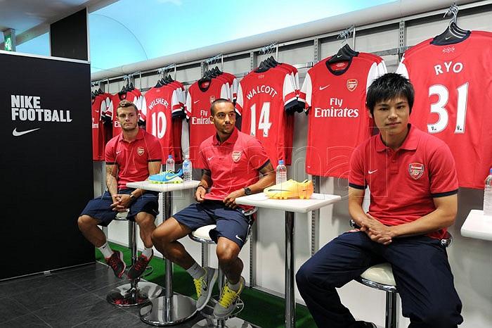 Ngay sau khi đặt chân xuống Nhật Bản vào rạng sáng ngày hôm qua 18/7, các cầu thủ Arsenal đã tham gia giao lưu với người hâm mộ đất nước mặt trời mọc