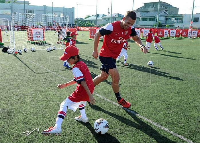 Podolski thì lập tức cầm bóng ra sân