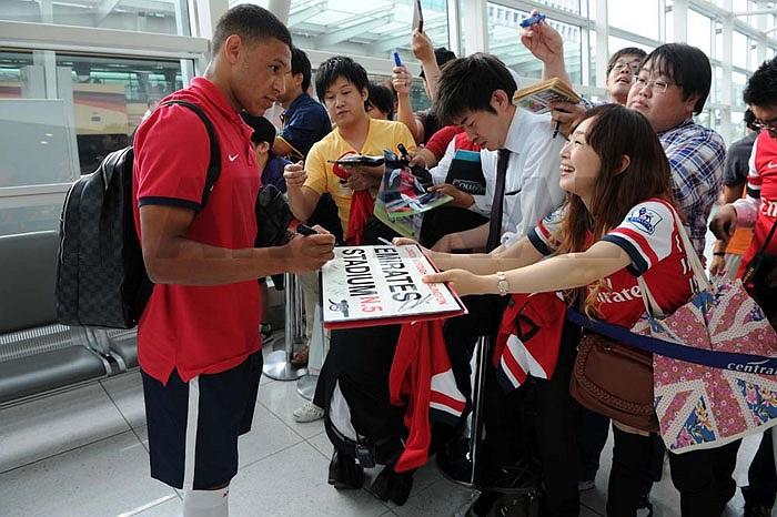 Trước đó, tại sân bay Nagoya, các sao Arsenal cũng được chào đón nhiệt liệt
