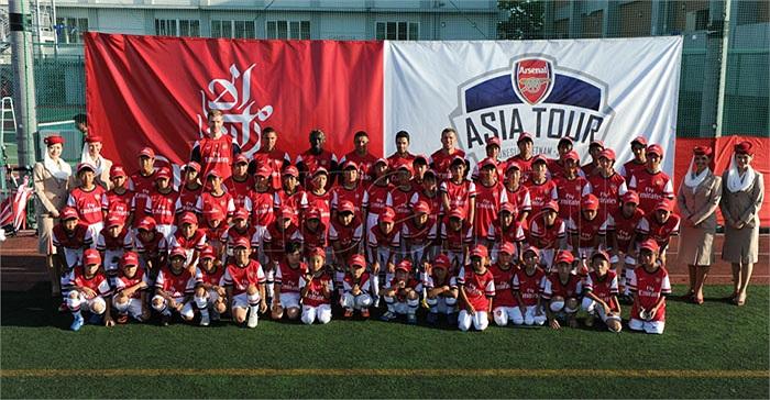Cùng lúc đó, 6 cầu thủ khác, dẫn đầu bởi đội phó Mikel Arteta đã tới một học viện bóng đá trẻ tại Nagoya
