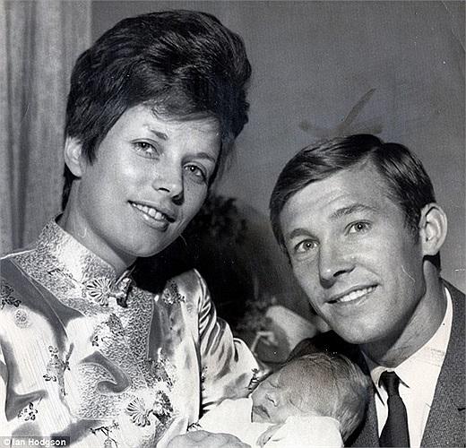 Cathy và Alex mừng sự ra đời của cậu con trai Mark năm 1968.