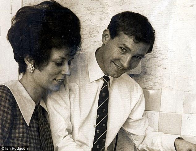 Cảnh vợ chồng Alex tình cảm khi Alex phụ giúp Cathy trong bếp lúc bà mở cửa hàng bán sữa năm 1968.
