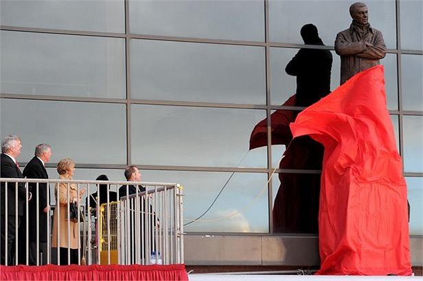 Carthy cùng Alex dự lễ khánh thành tượng đài Alex Ferguson bên ngoài sân Old Trafford.