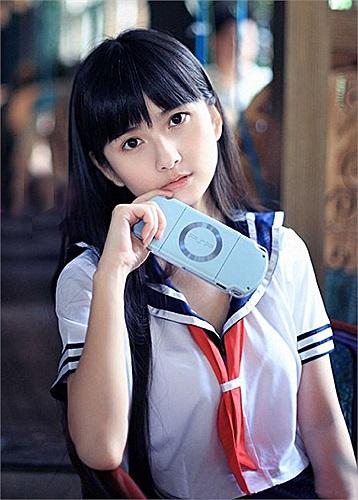 Hạ Đạt đam mê truyện tranh từ nhỏ. Tác phẩm đầu tay của cô được in trên tạp chí  Beijing Cartoon khi cô còn là học sinh trung học. Khi đang học ngành thiết kế tại một trường ĐH tỉnh Hồ Nam, một tác phẩm khác - Câu chuyện tháng tư - cũng đã được phát