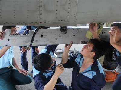 Các kỹ sư và nhân viên kỹ thuật lắp giá treo bệ phóng tên lửa (ảnh chụp trong buổi chuẩn bị trước ngày bay). Ảnh: My Lăng.