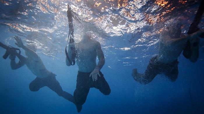 Bài tập đầu tiên là bơi với trang bị vũ khí đầy đủ để kiểm tra thể lực của các binh sĩ