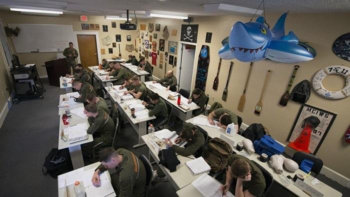Không chỉ luyện tập ở bể, các binh sĩ còn phải vượt qua những bài kiểm tra lý thuyết