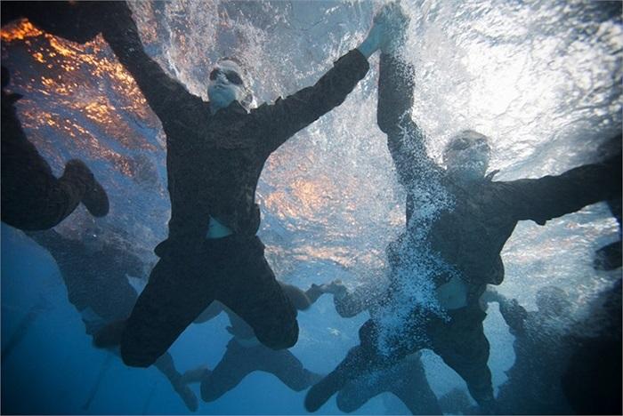 Ngoài bài học cứu hộ, các học viên còn được rèn luyện thể lực và khả năng tác chiến, di chuyển trong môi trường nước