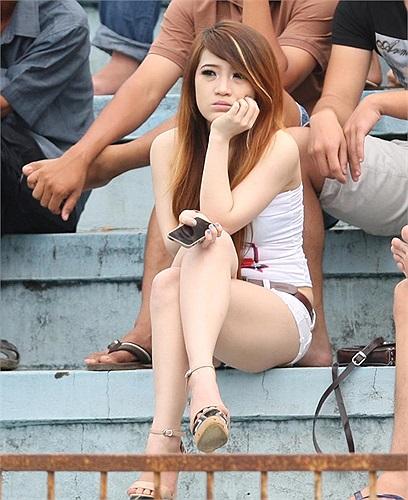 Mi Phương hiện đang sống tại Biên Hòa, Đồng Nai. Đây là hình ảnh Mi Phương tới sân Đồng Nai cổ vũ cho Quốc Phương khi anh cùng Thanh Hóa tới làm khách của đội bóng miền Đông ở vòng 8 V-League.