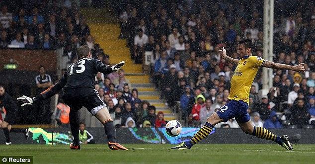 Cũng giống như trận đấu mở màn Ngoại hạng Anh, Arsenal vượt lên dẫn trước nhờ bàn thắng mở tỷ số của Giroud ở phút 14. Tiền đạo người Pháp hai trận đều lập công cho Pháo thủ và chứng minh anh không hẳn chỉ là 'chân gỗ'.