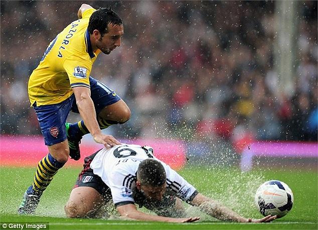 London, Anh những ngày qua luôn có mưa lớn. Và trận derby London không tránh khỏi cảnh thủy chiến.