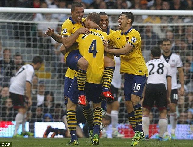 Niềm vui của các cầu thủ Arsenal khi tạo ra một khoảng cách an toàn với Fulham. Chiến thắng đầu tiên tại giải Ngoại hạng Anh mùa bóng 2013 - 2014 đã nằm chắc trong tay.