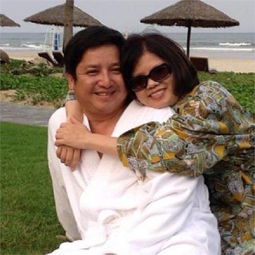Chí Trung - Ngọc Huyền hạnh phúc trên bãi biển Đà Nẵng ngày Cá tháng Tư.