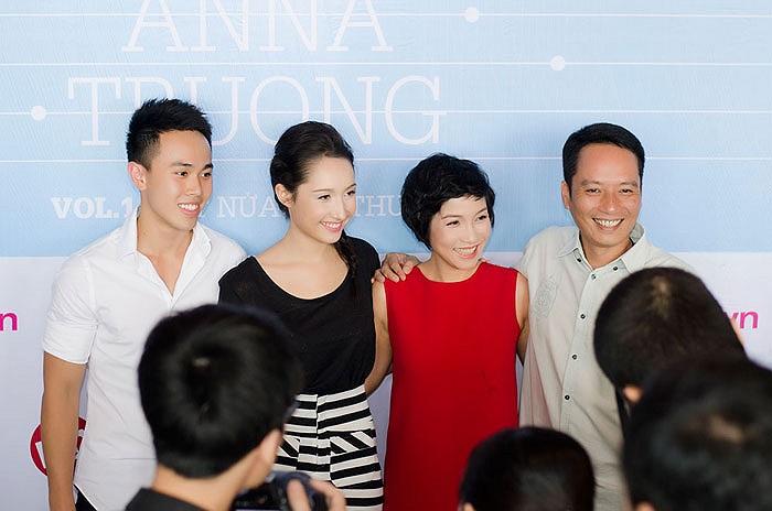 Chiều qua (23/5), Anna Trương đã cho ra mắt album đầu tay mang tên Một nửa yêu thương. Đây là lần đầu tiên bạn trai của Anna Trương công khai xuất hiện trước báo giới.