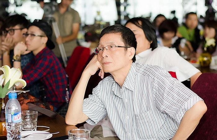 Nhạc sỹ Trương Ngọc Ninh chăm chú nhìn cháu trong cuộc gặp gỡ báo giới ra mắt album Một nửa yêu thương.