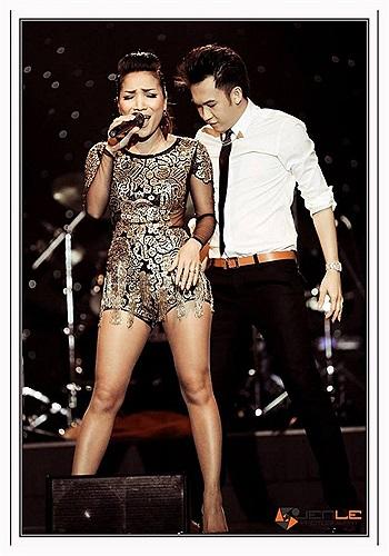 Hồng Ngọc gợi cảm trên sân khấu cùng Dương Triệu Vũ.