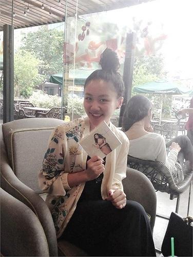 Văn Mai Hương bên sản phẩm âm nhạc mới nhất của mình.