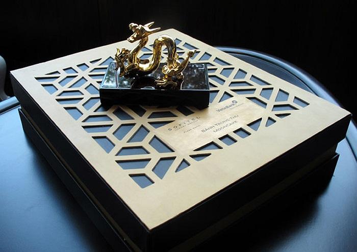 Hộp bánh trung thu hình rồng có giá gần 6,5 triệu đồng.
