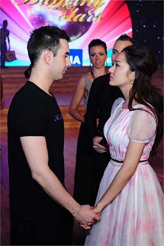 Cô đem bánh kem hình trái tim tặng Atanas và dành những lời chúc ngọt ngào khiến chàng vũ công này bất ngờ và hạnh phúc