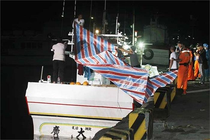 Tàu cá Đài Loan bị tàu Philippines bắn 52 phát đạn đã cập cảng Đài Loan lúc 3h15' ngày 11/5