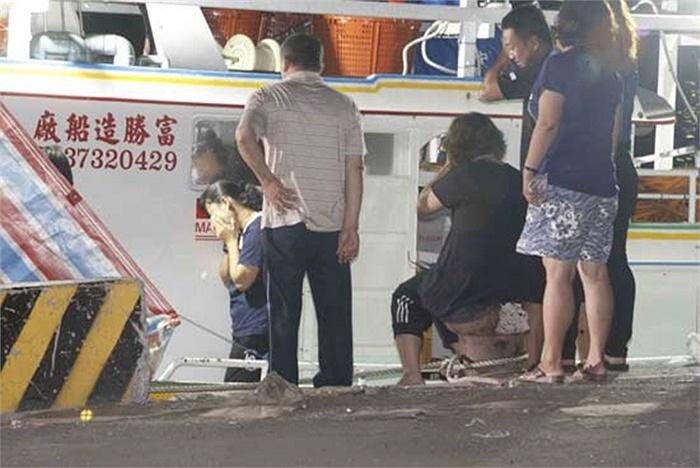Người nhà nạn nhân Hồng Thạch Thành ra tàu nhận xác