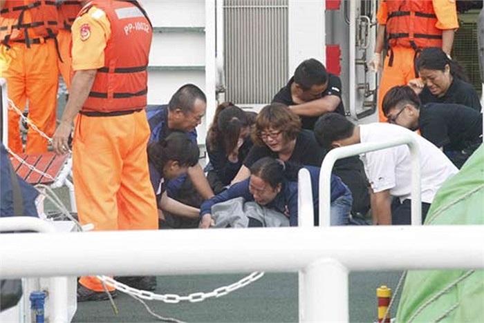 Người nhà nạn nhân khóc, ôm xác ngư dân Hồng Thạch Thành