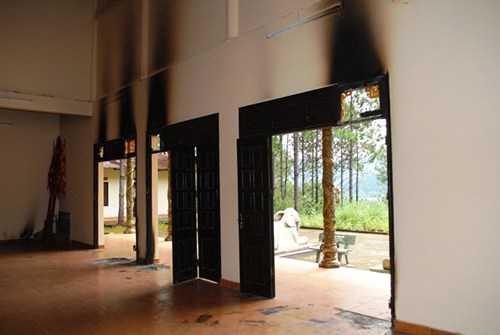 Ngôi đền bị đốt cháy nham nhở.