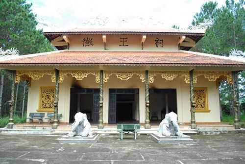 Toàn cảnh đền Trung tế, nơi bị đốt phá.