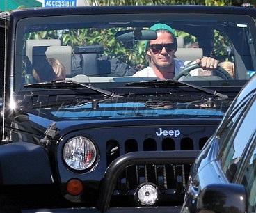 Chiếc Jeep Wrangler phối cực chuẩn với dáng vẻ ngầu, nam tính của Becks trong những dịp xuất hiện tại những nơi mang mầu sắc đậm chất Mỹ