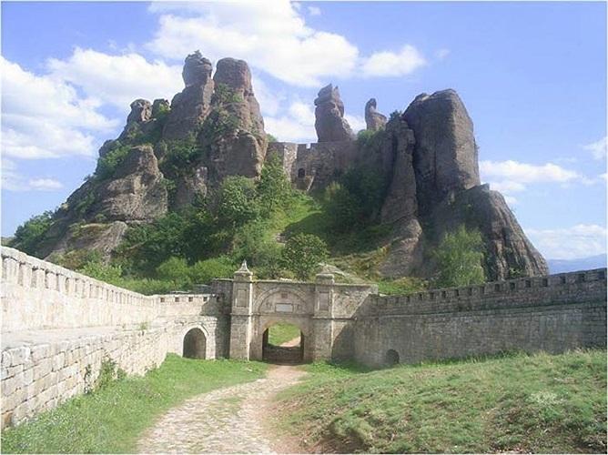 Ở sườn Tây của dãy núi Balkan, Bulgaria có một tòa thành đá kỳ lạ được gọi là Belogradchik.
