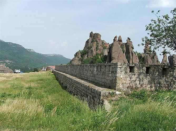 """""""Pháo đài Kaleto"""" được miêu tả là một trong những thành trì bất khả chiến bại nằm trong khu vực hẻm sâu Helm trên lãnh thổ Bulgaria."""