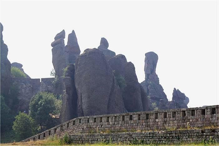 Trải rộng trên diện tích hơn 50 km vuông, nơi đây ngoài những công trình kiến trúc còn có rất nhiều mỏm đá, cột đá nổi tiếng.